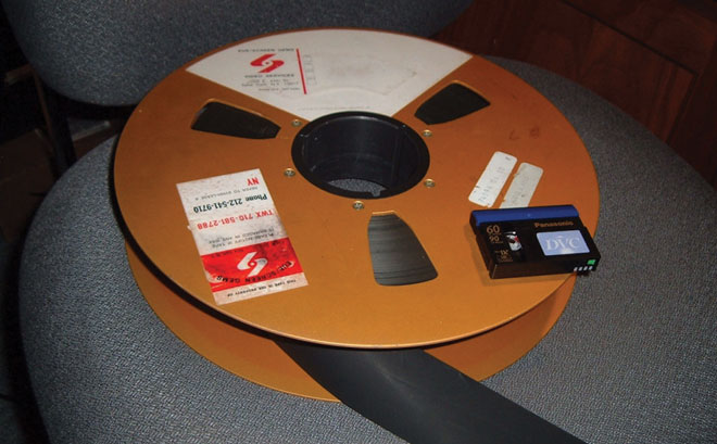 Бобина 2-х дюймовой магнитной ленты Quadruplex (она же Quad 2 дюйма) из середины 70-х и – для сравнения размеров – современная цифровая видеокассета miniDV.