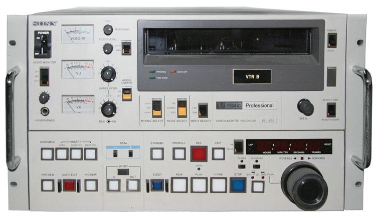 Панель управления одного из первых профессиональных кассетных видеомагнитофонов – U-matic BVU-800 от Sony.