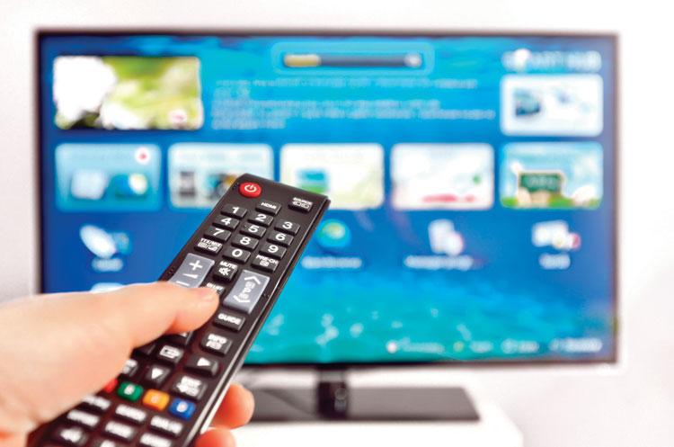 Производители оборудования пытаются удержать  свои позиции с помощью выпуска «умных» телевизоров,  однако некоторые из этих попыток выглядят весьма неуклюже.