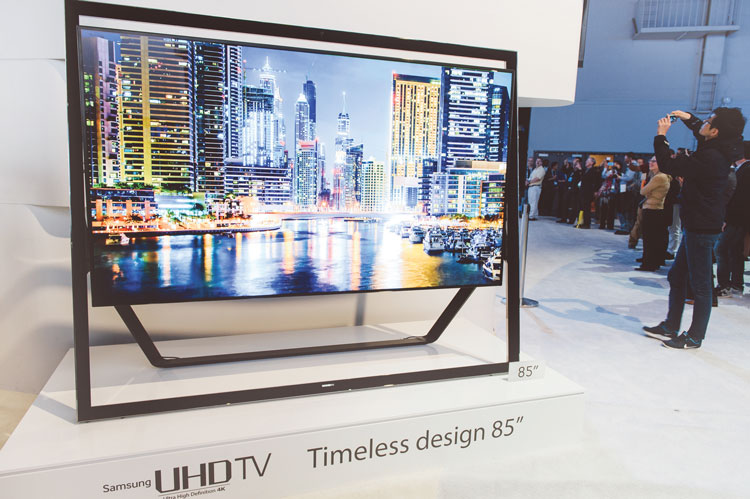 Стоящий на подставке телевизор на органических светодиодах производства Samsung.  Цена – 40000 американских долларов.