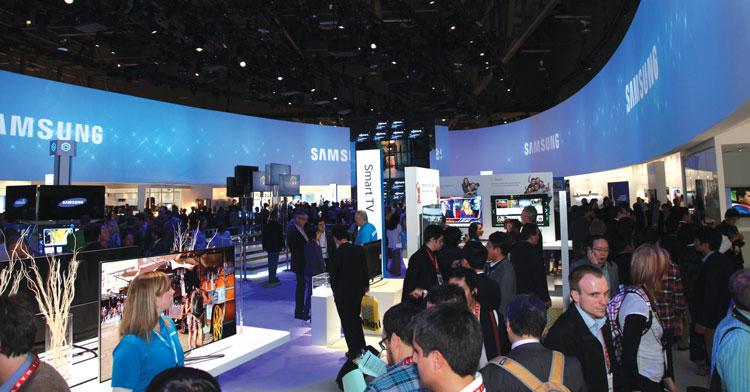 Стенд компании Samsung на выставке CES:  картинка создаётся множеством проекторов, однако, когда-нибудь, возможно, это будет один большой OLED экран.