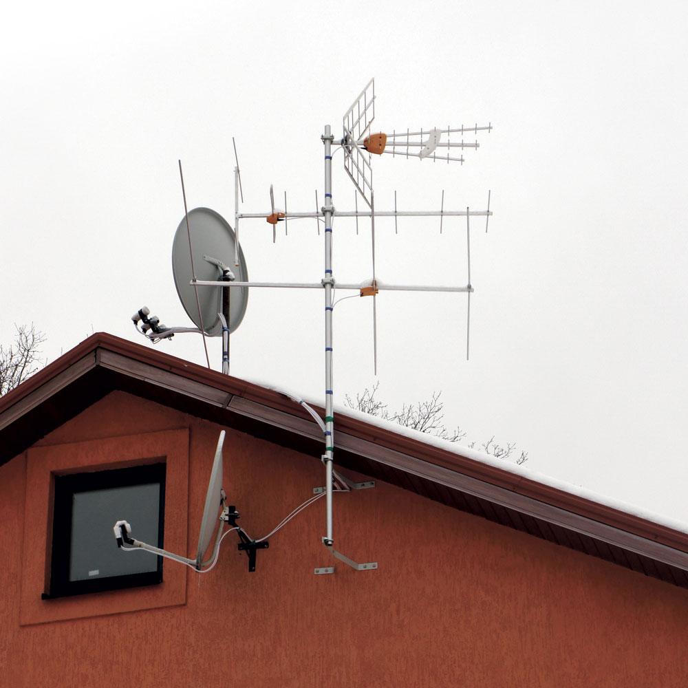 «Образцово-показательная» инсталляция комплекта спутниковых и эфирных антенн. Для приёма DVB-T2 сети «Зеонбуд» нужна только верхняя антенна ДМВ, остальные предназначены для аналогового телевидения и устанавливать их не обязательно.