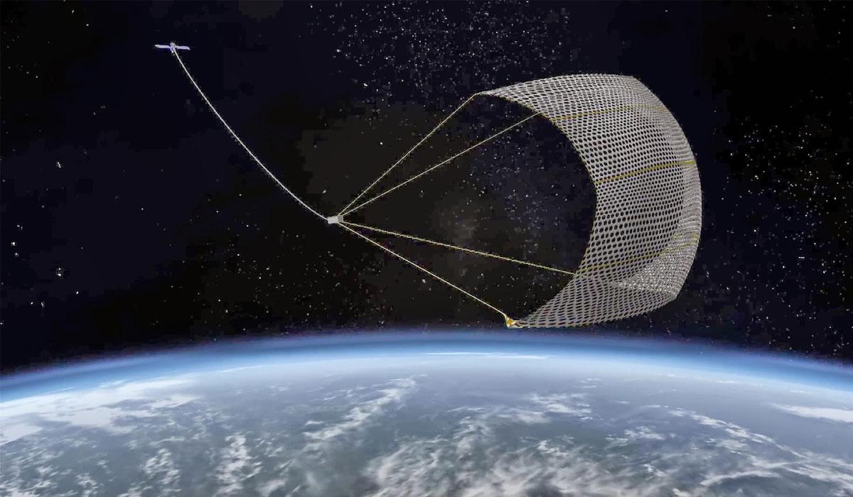 Очистка орбиты от космического мусора при помощи спутника с сетью