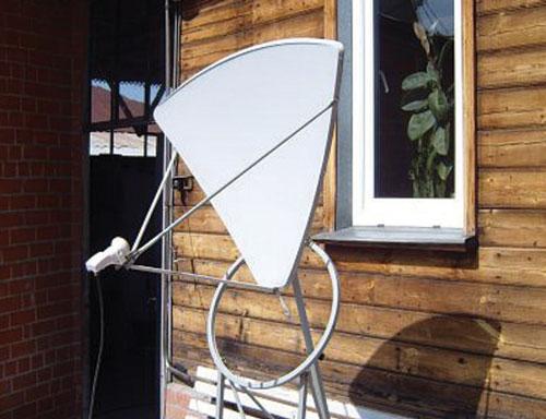 Спутниковая антенна из одного сегмента (лепестка) антенны диаметром 1,8 метра. Антенна прицелена на EUTELSAT W4 36˚, уровень приёма около 80%.