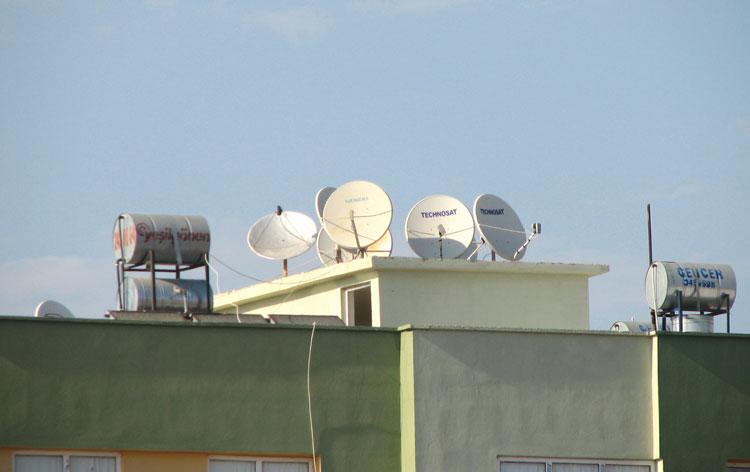 Много антенн на крыше – обычное зрелище