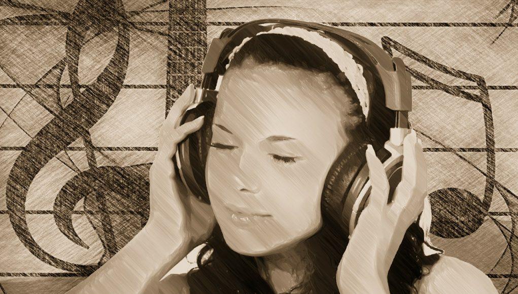 Девушка слушает музыку на радио