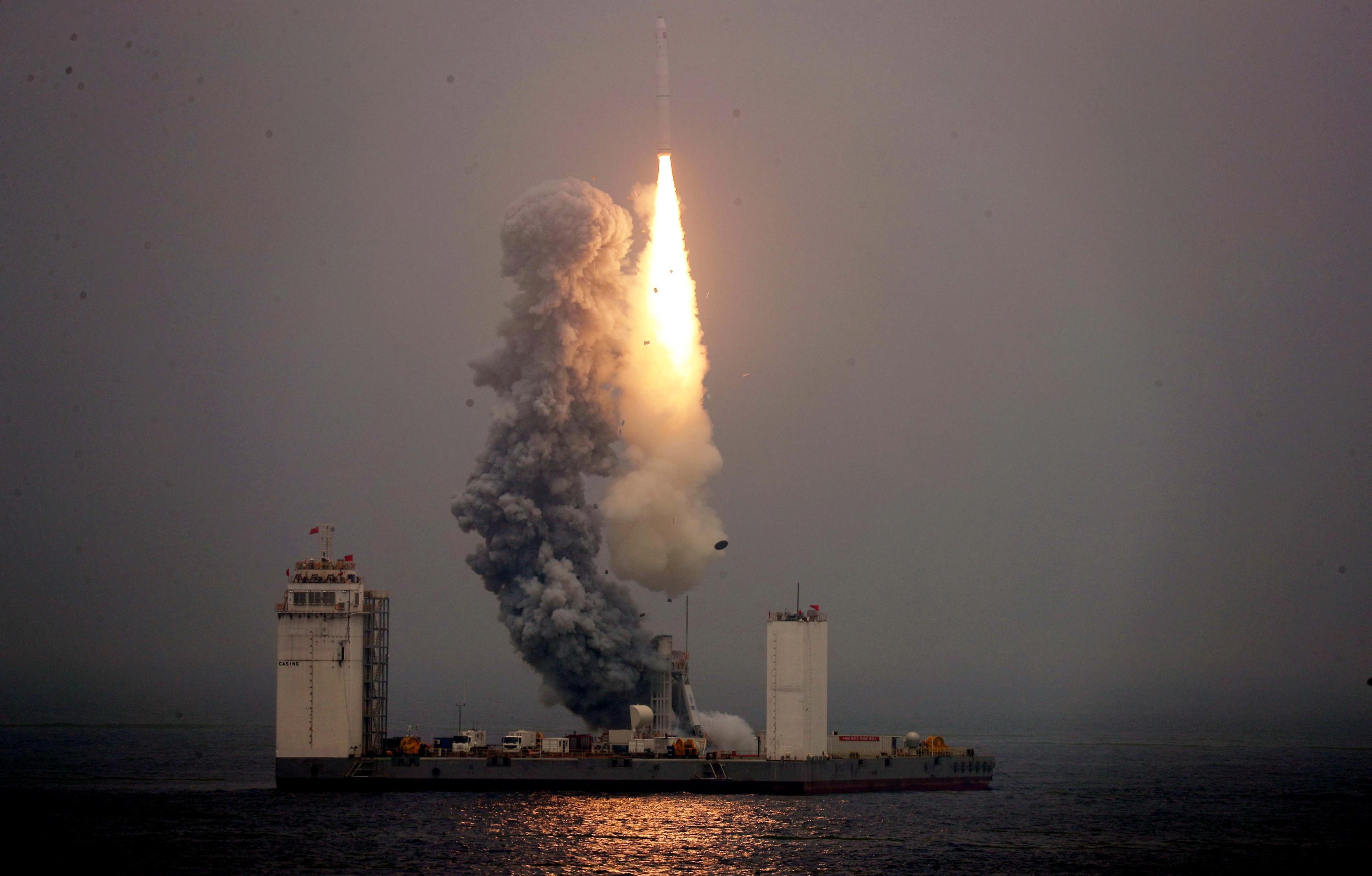 Запуск ракеты Чанчжэн-11 с морской платформы в Жёлтом море