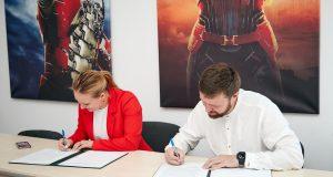 Валерия Ионан и Иван Шестаков подписывают меморандум о сотрудничестве