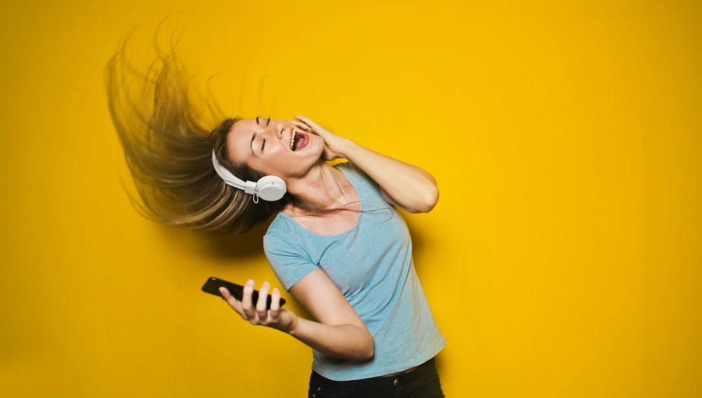 Девушка слушает онлайн радио / girl listening online radio
