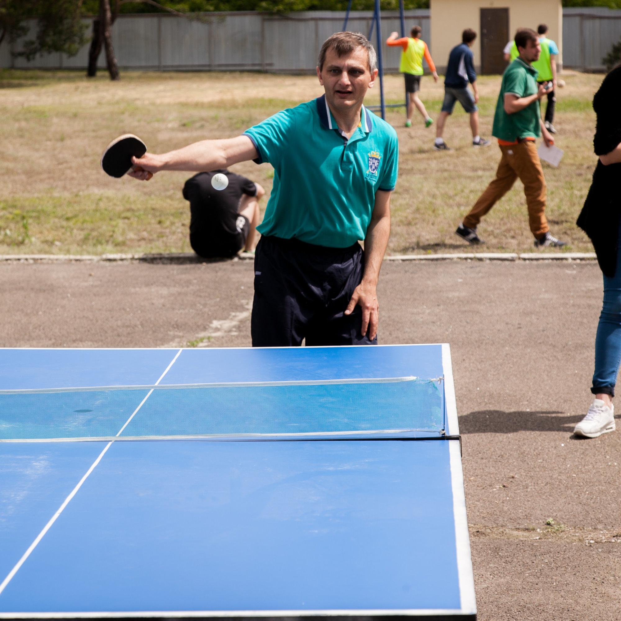 Нечай Владимир играет в настольный теннис