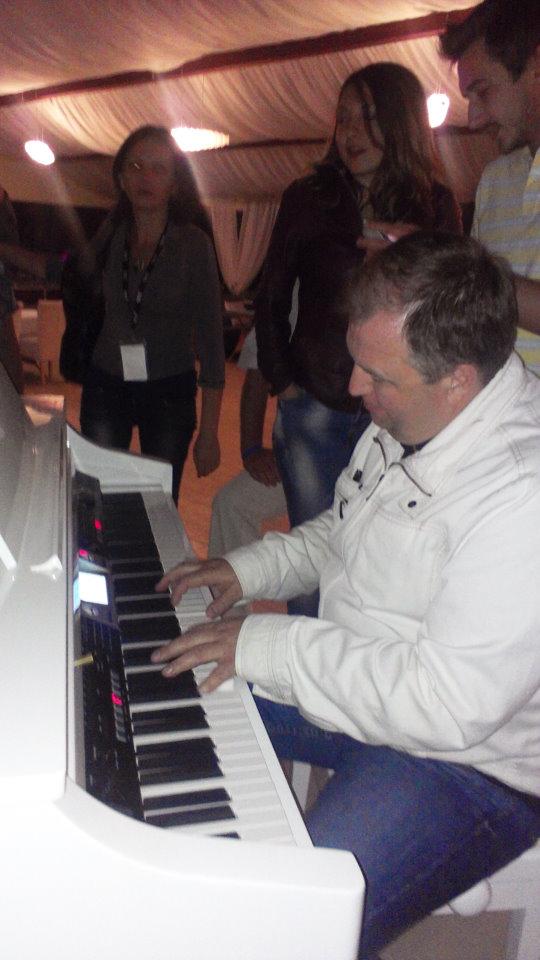 Александр Кулиш играет на фортепиано