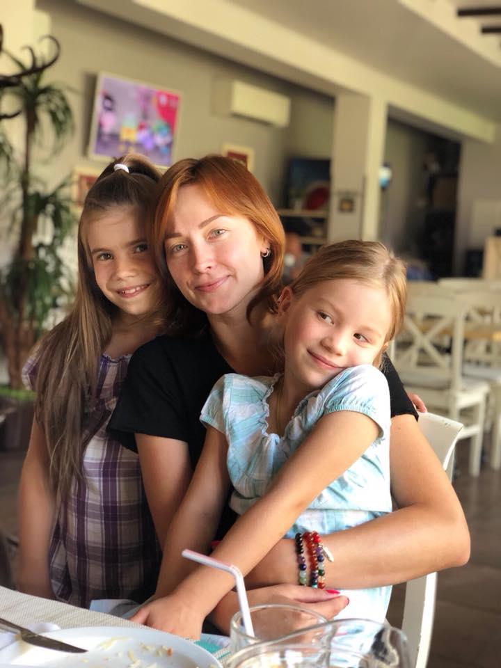 Анюта Славская с племянницами