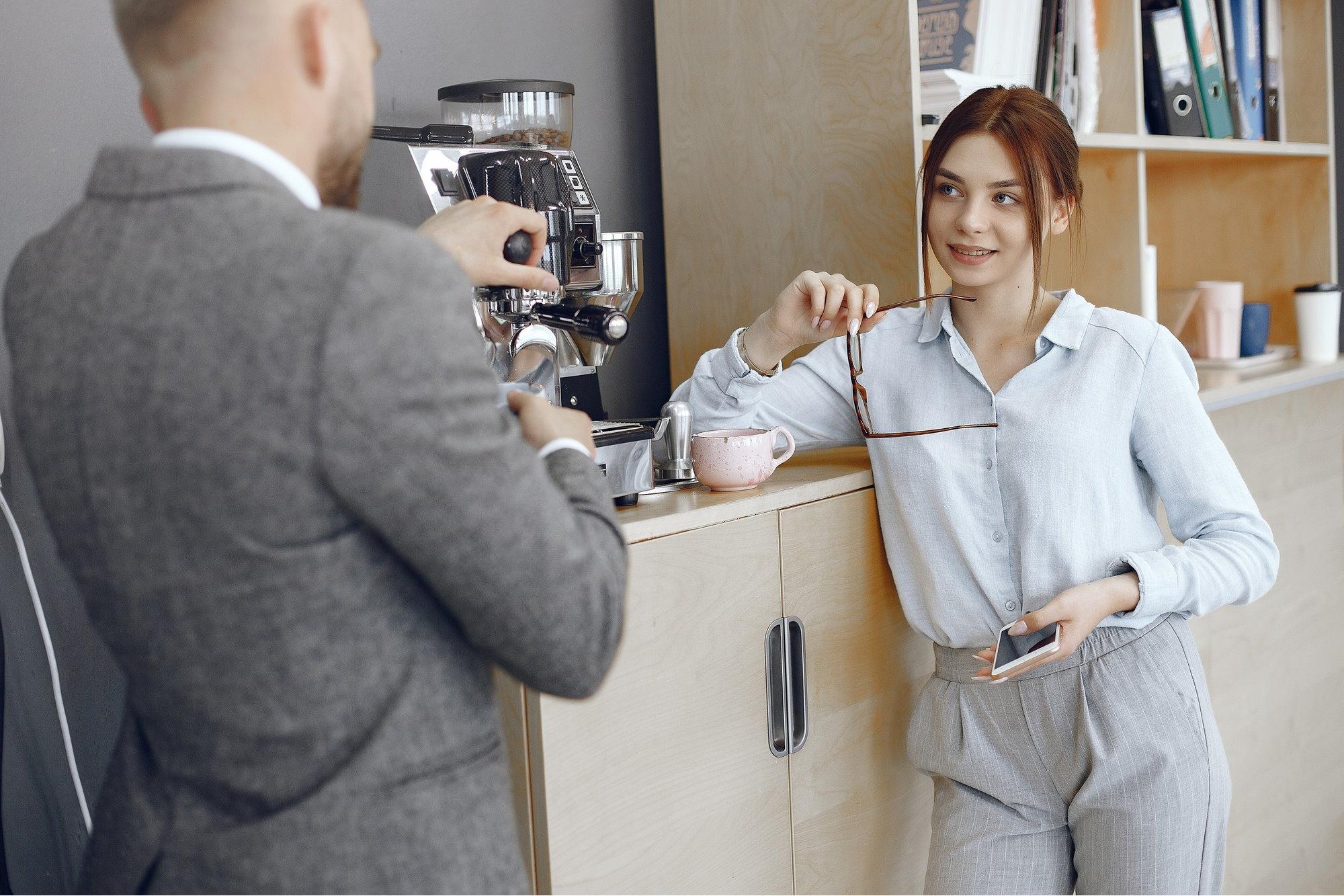 Кофе-брейк в офисе возле кофемашины