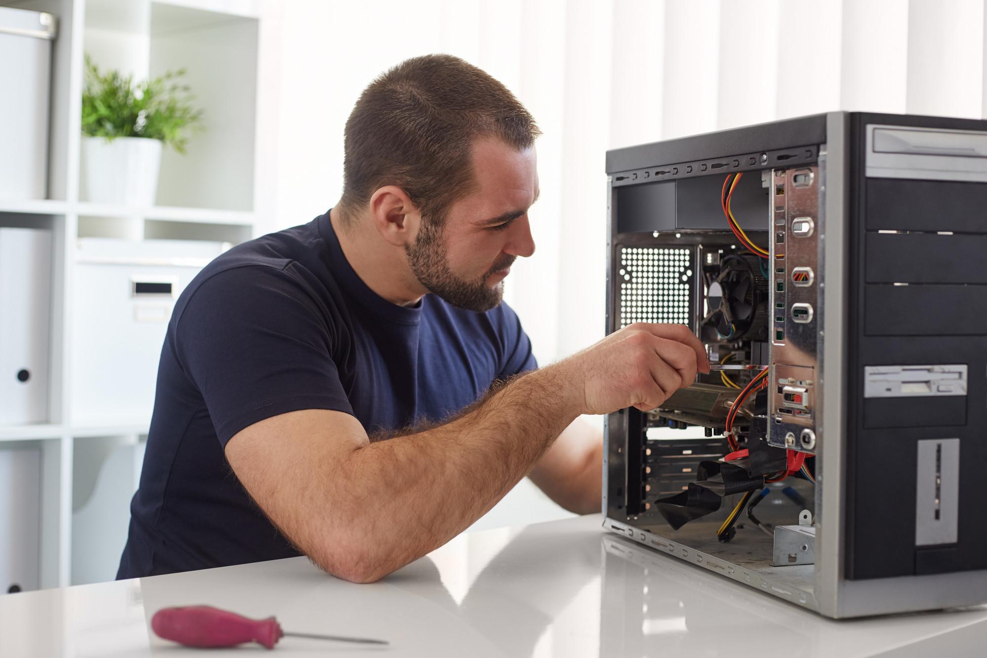 Ремонт компьютера / Man repairing computer